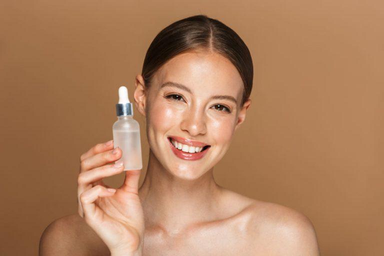 Mujer con botella de aceite de cara