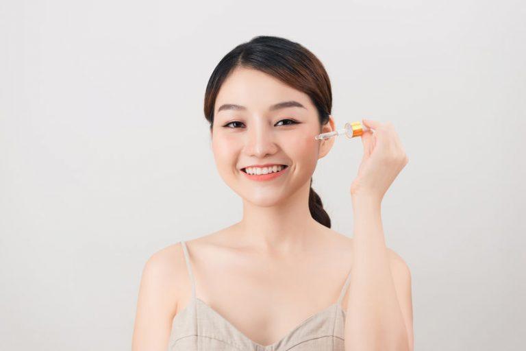 Mujer aplicándose serum