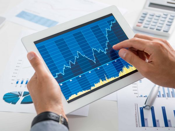 Hombre de negocios revisando gráficos en tabelet