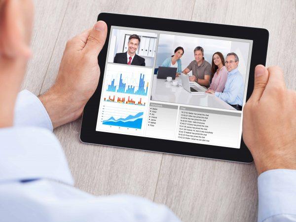 Hombre de negocios teniendo conferencia a través de tablet