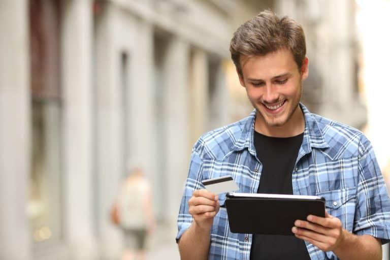 Joven con tablet en en la calle