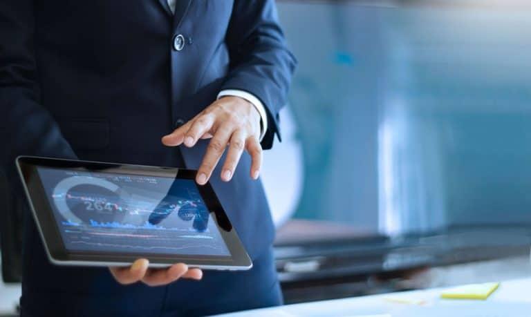 Hombre de negocios utilizando tablet