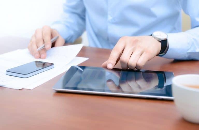 ombre en escritorio utilizando tablet