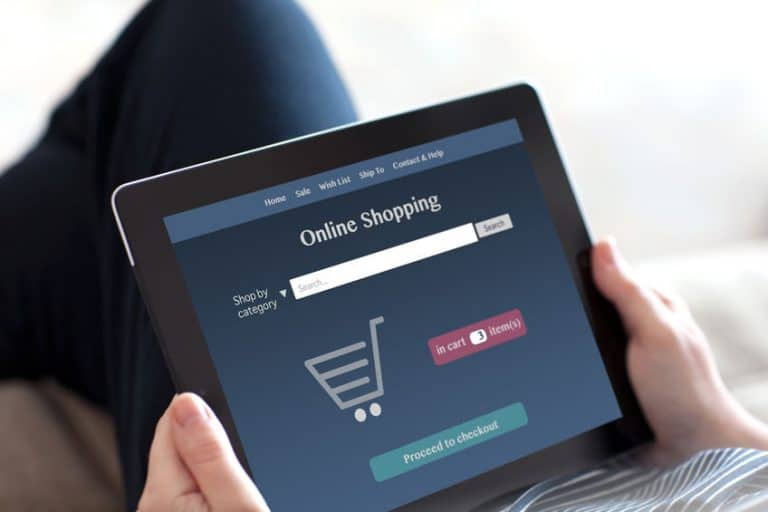 ombre comprando en linea con tablet