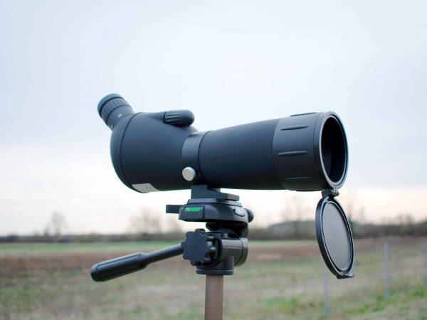 Telescopio terrestre en el campo