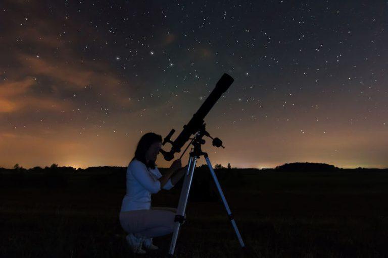 Mujer con telescopio