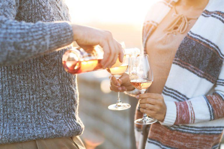 Pareja disfrutando vino rosado