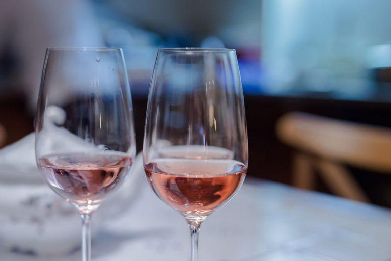 Copas de vino rosado en mesa