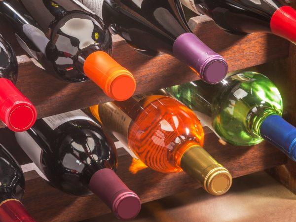 Varias botellas de vino en vinoteca