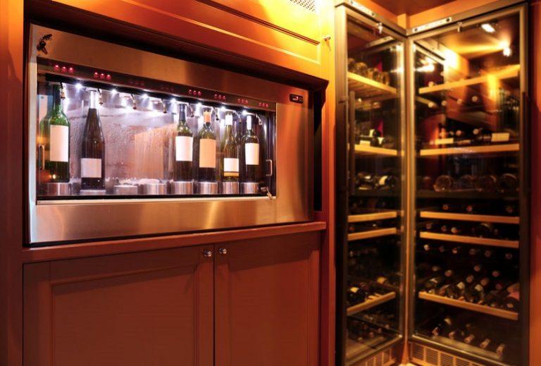 Vinoteca junto a dispensador de vinos