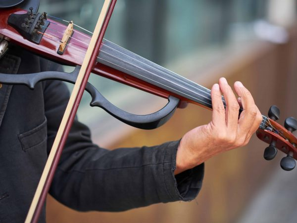 Hombre tocando violín eléctrico