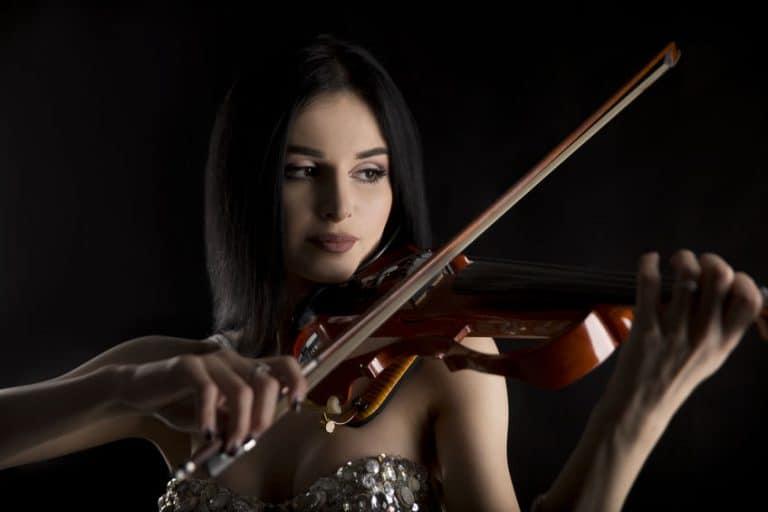 Mujer tocado violín eléctrico