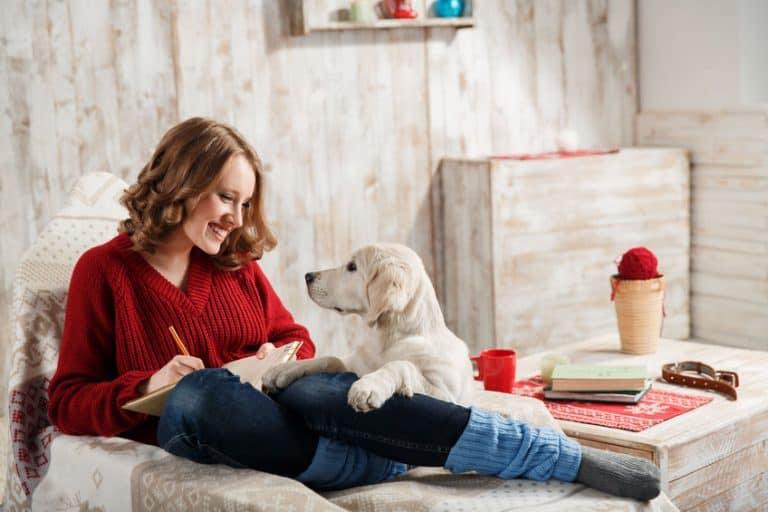 Mujer con perro en sala