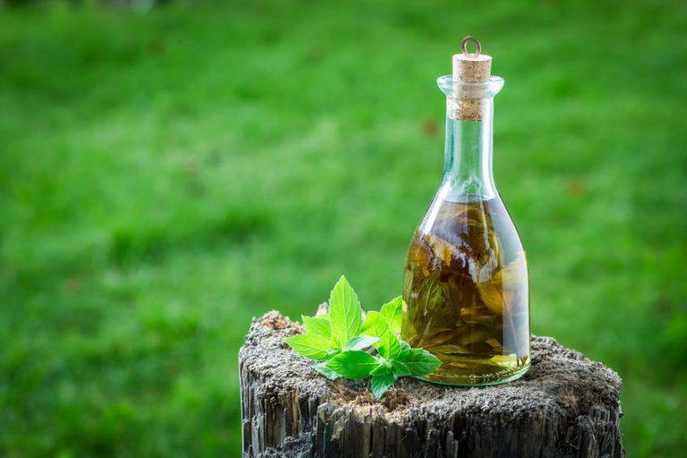 Una botella de aceite de menta