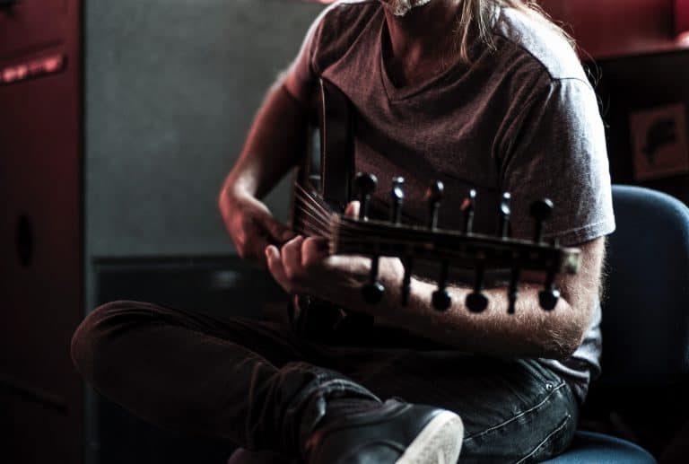 Hombre tocando canción