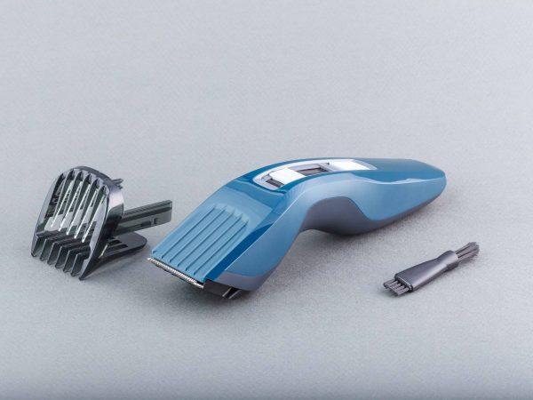 Una afeitadora azul junto a accesorios
