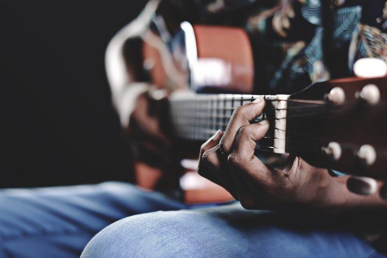 Guitarra color café