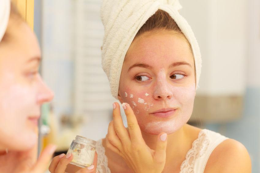 Chica aplicando crema