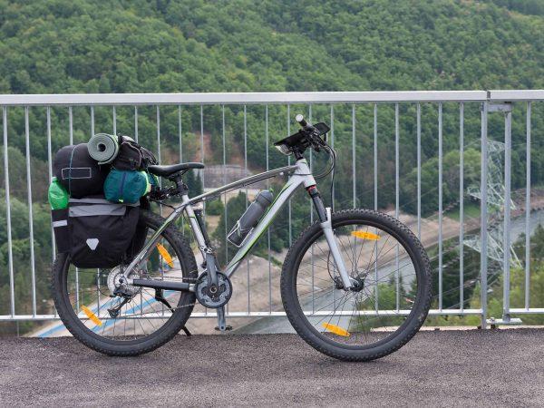 Una bicicleta en un puente con alforjas