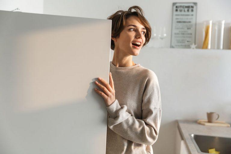 Mujer con su congelador