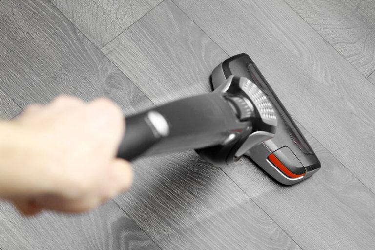 aspiradora sobre alfombra