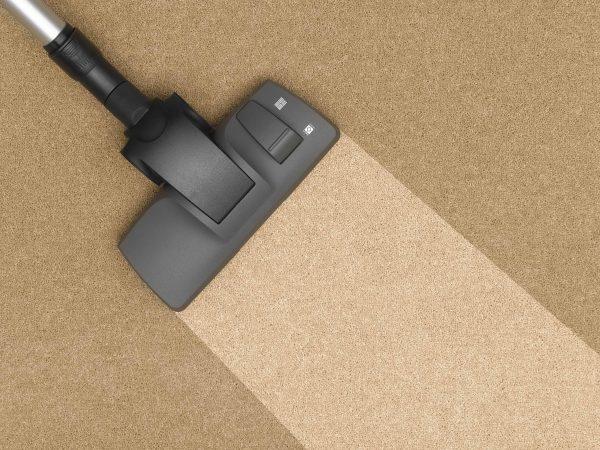 Una aspiradora en un suelo marrón