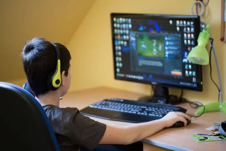 Nino jugando en el ordenador