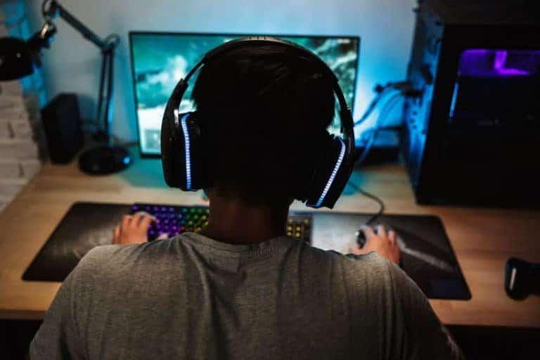 Adolescente jugando en el ordenador
