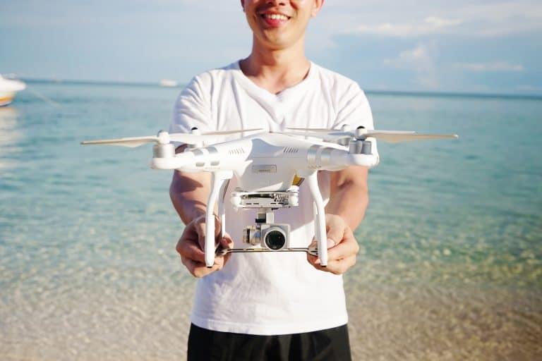 Joven con dron blanco