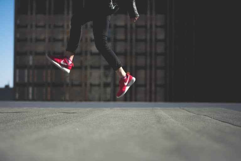Chica con sus zapatos Nike