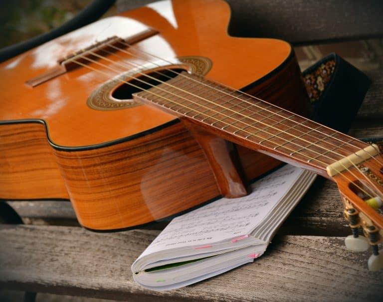 Guitarra sobre cuaderno de anotaciones