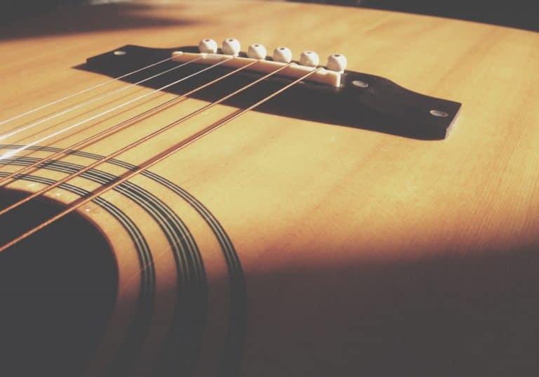 Guitarra dandole luz