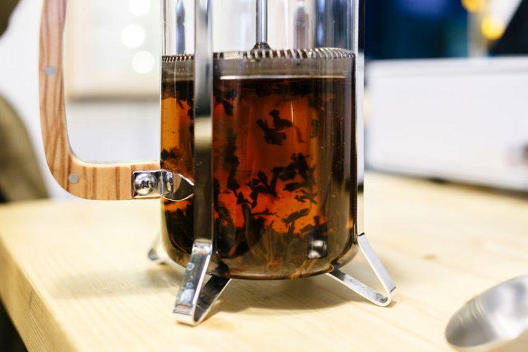 Cafetera francesa con té