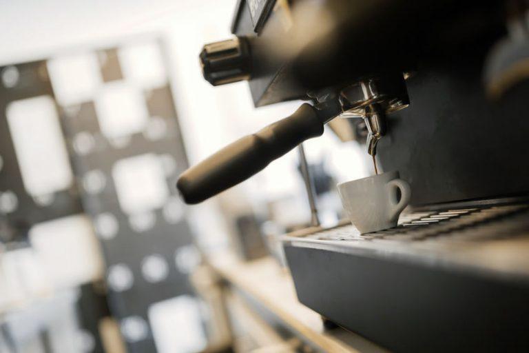 Maquina de cafè en funcionamiento