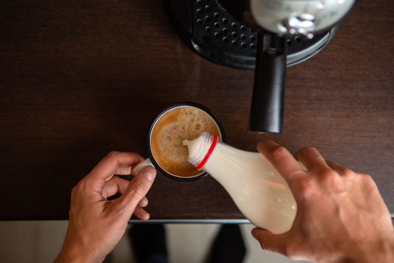 Taza con café sobre mesa