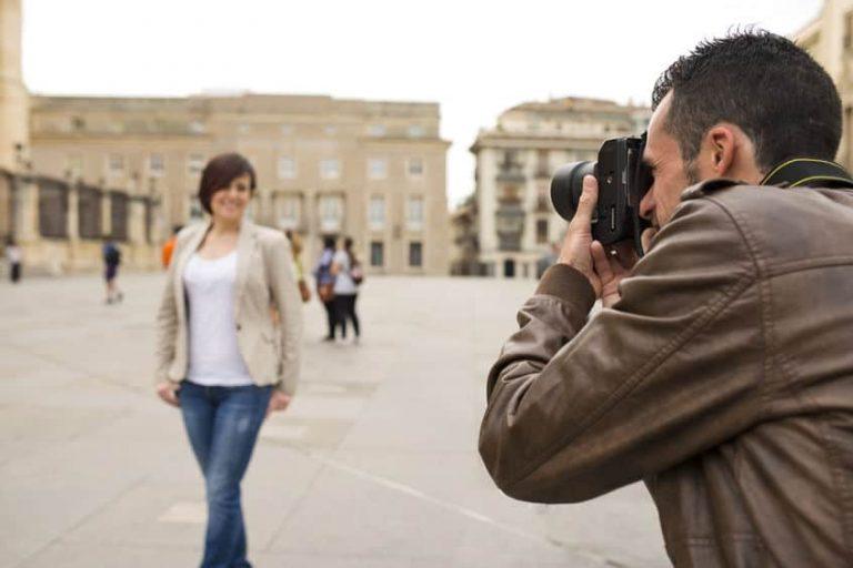Hombre sacando una foto a una mujer