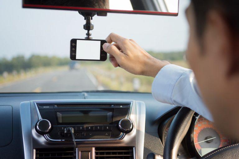Un hombre manejando una cámara de coche