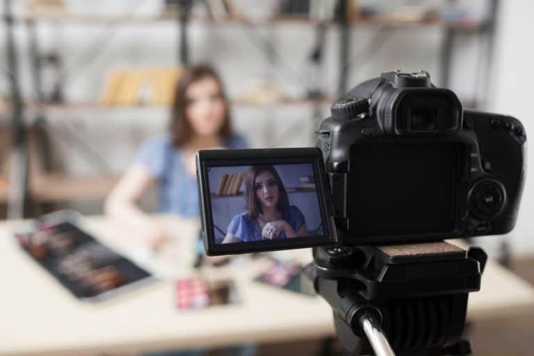 Una cámara grabado a una persona