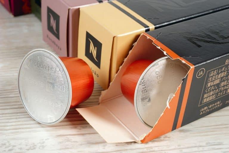 Una caja de Nespresso con una cápsula al lado
