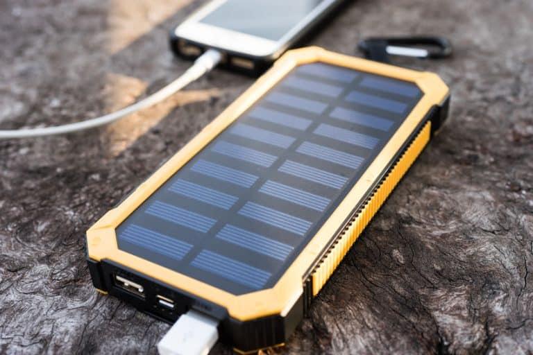 cargador solar en la madera