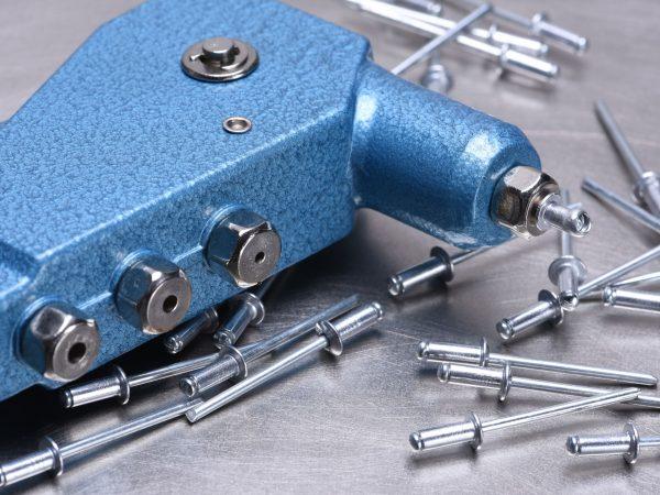 62917002 – hand rivet tool on metal surface