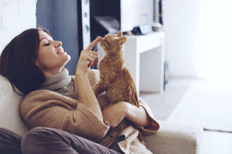 Mujer-en-sala-con-gato