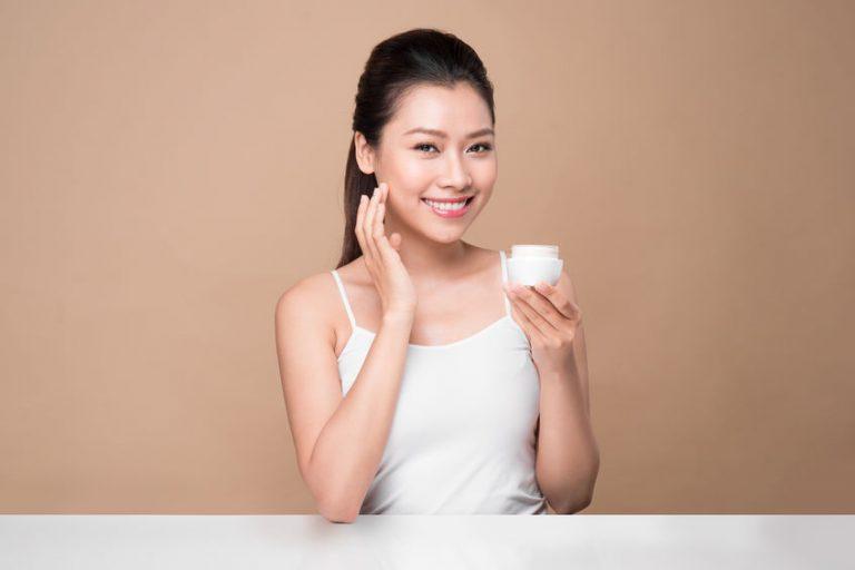 Mujer con crema en las manos