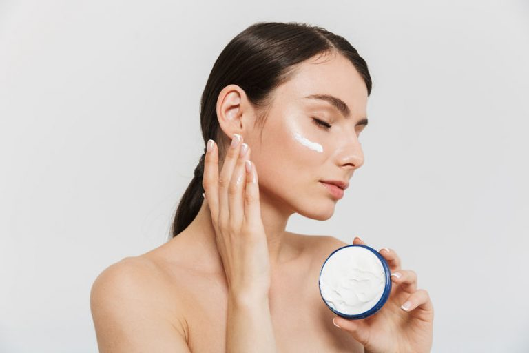 Mujer con crema en su cara