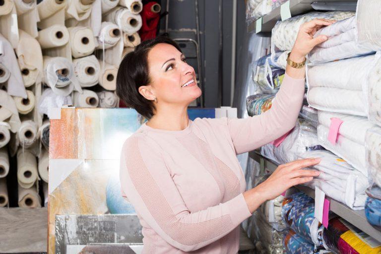 Una mujer eligiendo cubrecamas