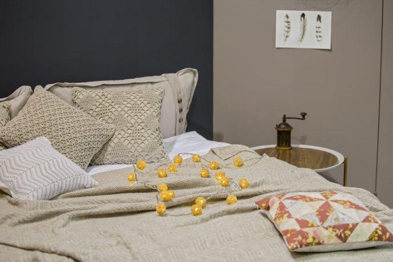 Una cama con cubrecamas y decorada
