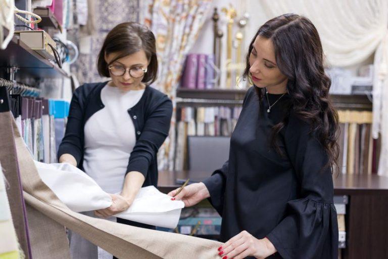 Dos mujeres eligiendo colchas
