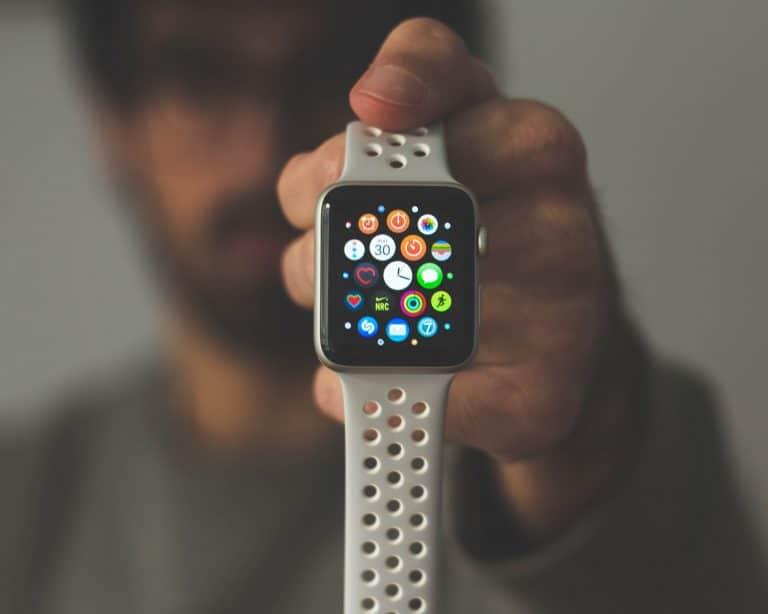 Hombre con reloj blanco