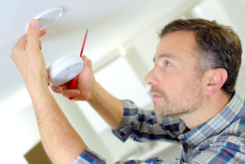 instalando detector de humo