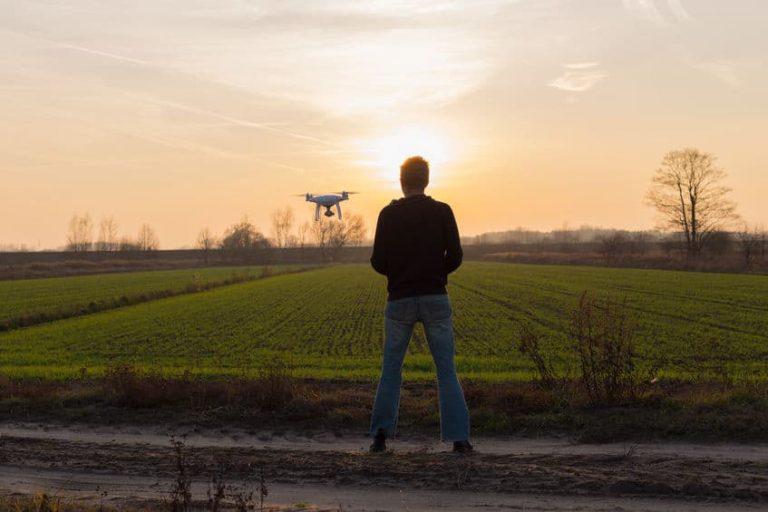 Hombre manejando un dron